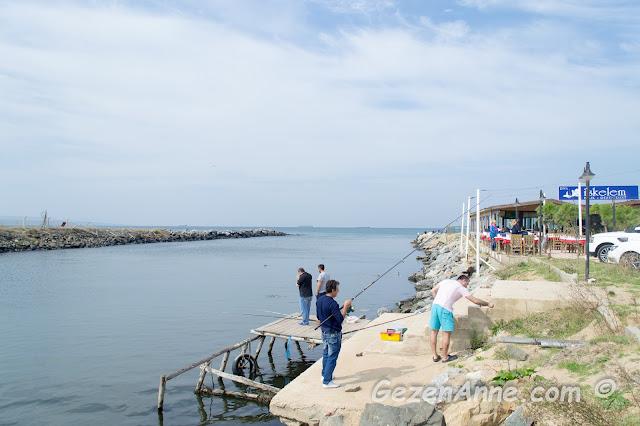 Riva nehrinin Karadeniz'e döküldüğü yerde balık tutanlar ve yanda kahvaltı yaptığımız İskelem balık restoranı, İstanbul