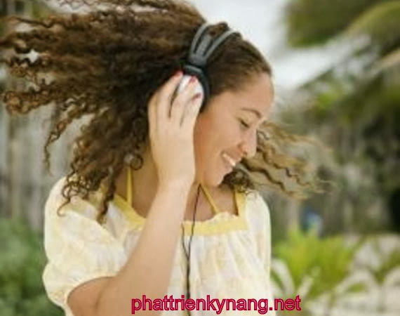Âm nhạc sẽ là con đường nhanh nhất giúp bạn phát triển kỹ năng nghe tiếng Anh.