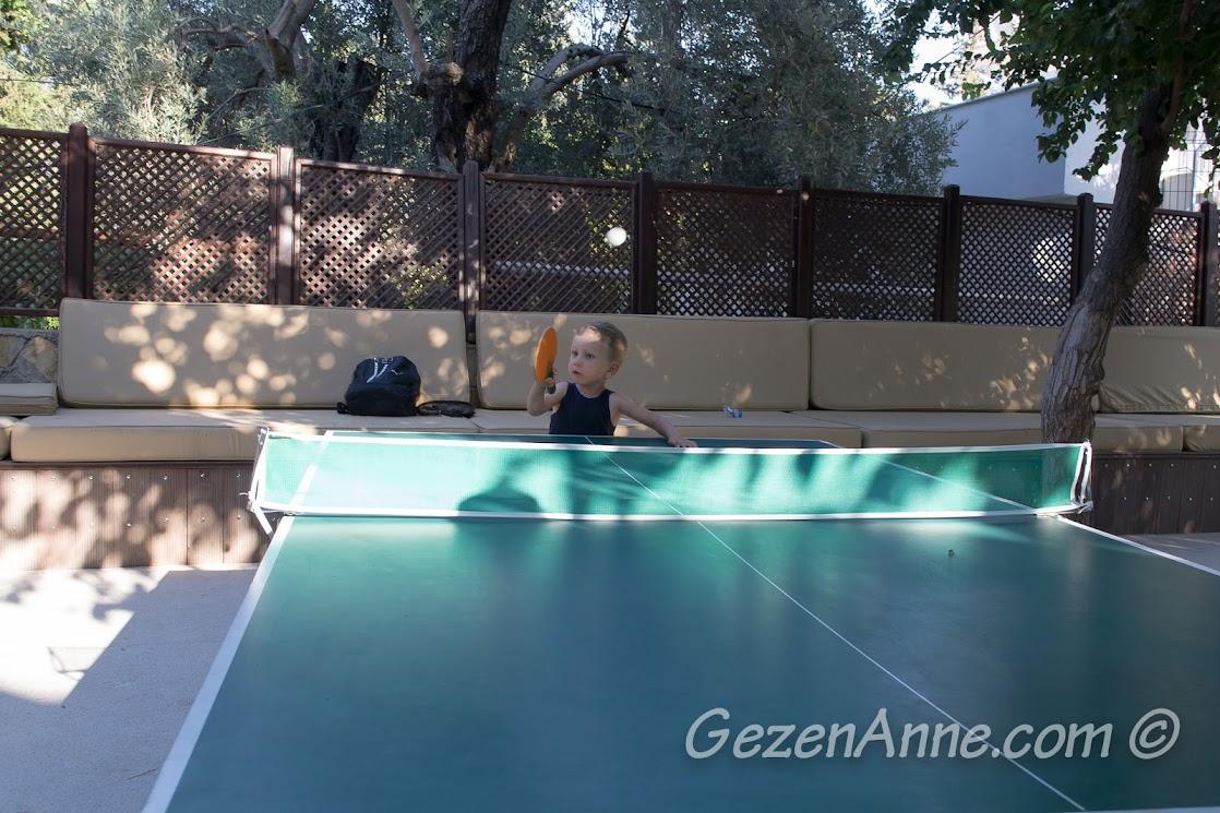 Bodrum, Bitez Garden Life'ta masa tenisi oynarken