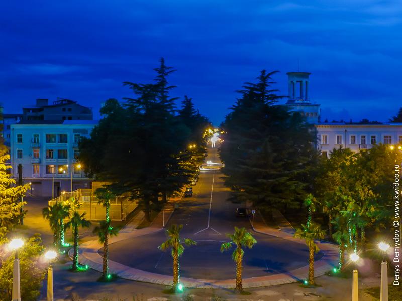 Вечернее Кутаиси: вид на проспект Давида Строителя с лестницы возле ЖД вокзала