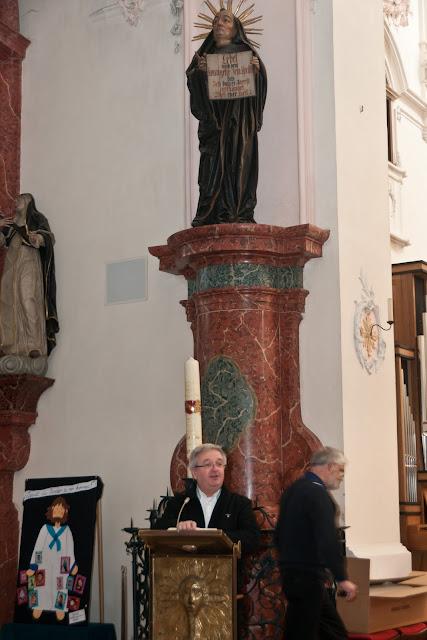 Bad Säckingens Pfarrer Peter Berg weihte die Fridolinkerze aus Neuenburg.