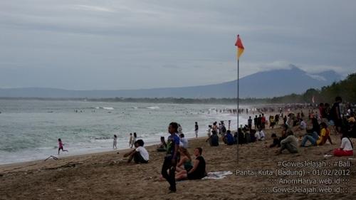 Pantai Kuta ramai dikunjungi wisatawan.