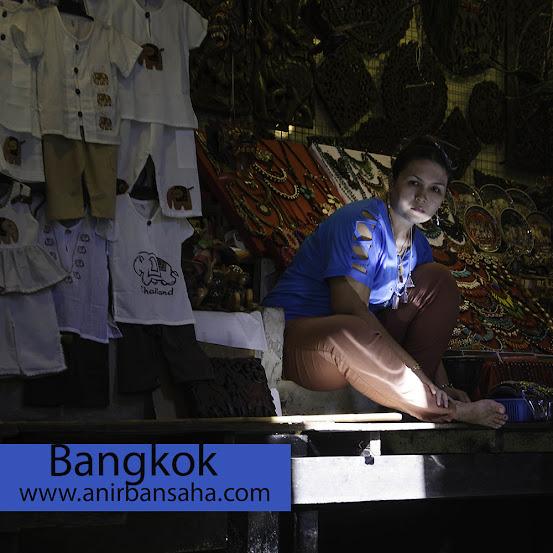 Damnoan Saduak floating market