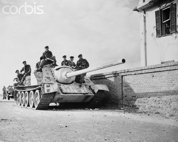 https://lh4.googleusercontent.com/-VfxY1PZ7LmE/UXANhwqAbDI/AAAAAAAAmoo/SyyWuqZhh0Y/s800/British-troops-with-captured-SU-100-19561112-Bettmann-Corbis.jpg