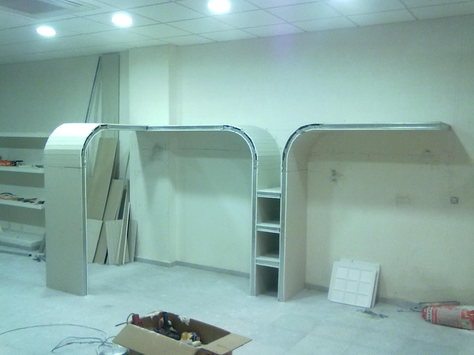 mueble de pladur con barras de aluminio como percheros
