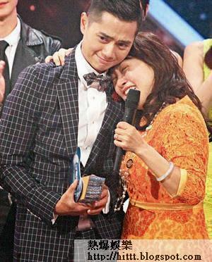 《星夢》雙料冠軍鄭俊弘前晚擁著母親痛哭,場面非常感人。