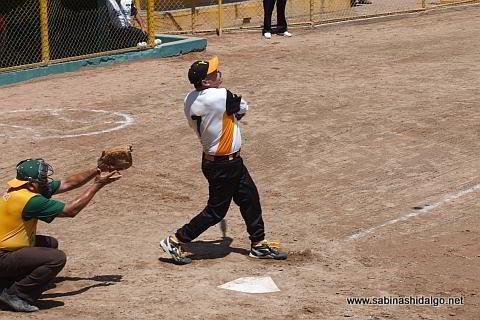 Melchor Ibarra bateando por Hipertensos en el softbol de veteranos