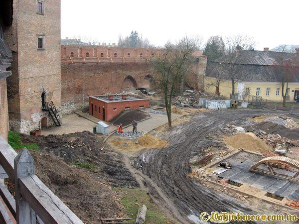 """Луцький замок під час """"реставраційних"""" робіт. Фото: листопад 2006 року"""