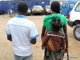 Un couple se radant à la maison communale de Selembao le 18/03/2013 à Kinshasa avec leur enfant de 3 ans qui a été violé par un homme de 40ans arrêté par la police. Radio Okapi/Ph. John Bompengo