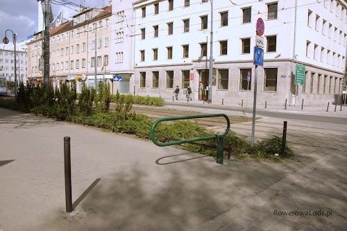 Zapora na wjeździe do strefy zamieszkania. Uniemożliwia wjazd niepowołanym samochodom. Konstrukcja nie przeszkadza wjeżdżaniu rowerem albo wejściu pieszym. Dla pewności stoi separator.