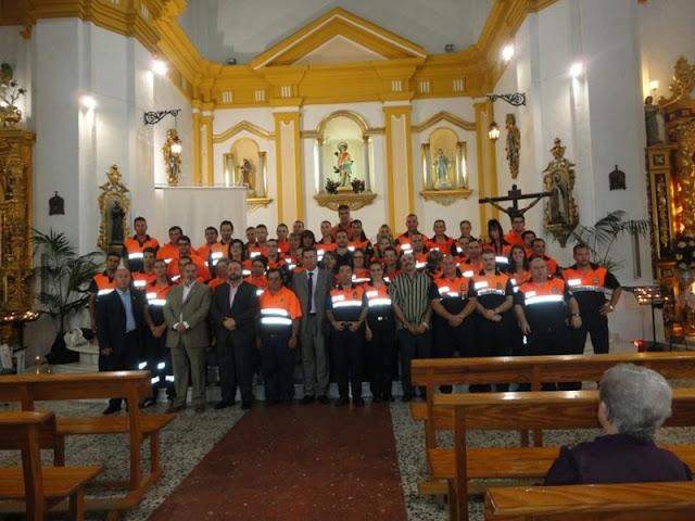 Voluntarios de diversas agrupaciones de Protección Civil durante los actos en la iglesia.
