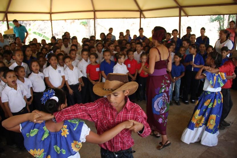 Mantener vivas e incorporar las tradiciones folclóricas a la ejecución musical es parte del propósito de algunas escuelas de formación, que reciben asistencia de El Sistema. El entusiasmo por el progreso en el aprendizaje, se manifiesta en el deseo de todas las agrupaciones del estado Bolívar por mostrar los resultados de este programa pedagógico.