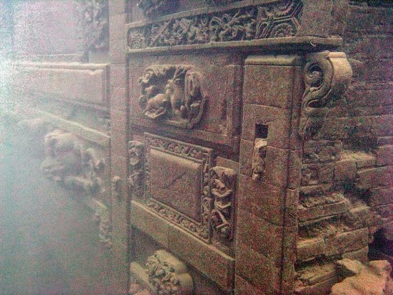 Arcos monumentais, estradas de pedras, templos e os tradicionais muros chineses que corriam ao redor da cidade permanecem em perfeitas condições