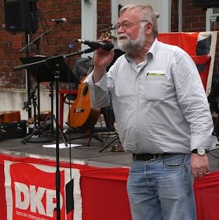 Klaus Stein am Mikrofon.