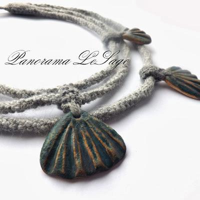 Naszyjnik szydełkowy z muszlami ceramicznymi glina ceramika PAnorama LeSage Zapiecek