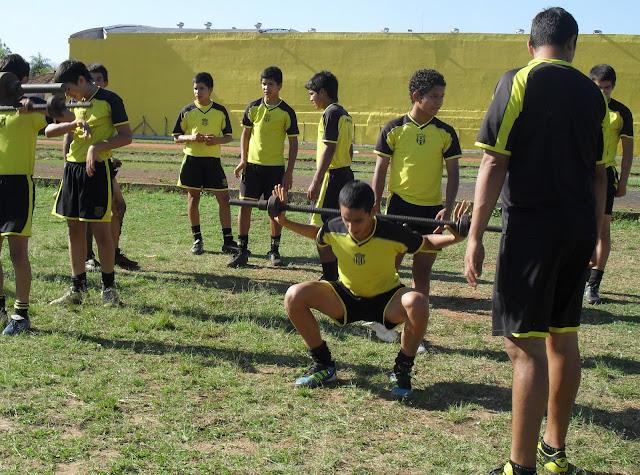 Los chicos de la Escuela de Fútbol trabajando