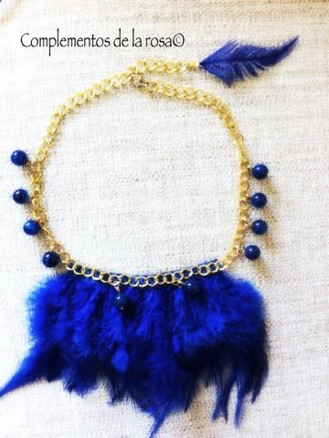 46247d01b Collar con cadena dorada y plumas azules con bolas. Precio 14€