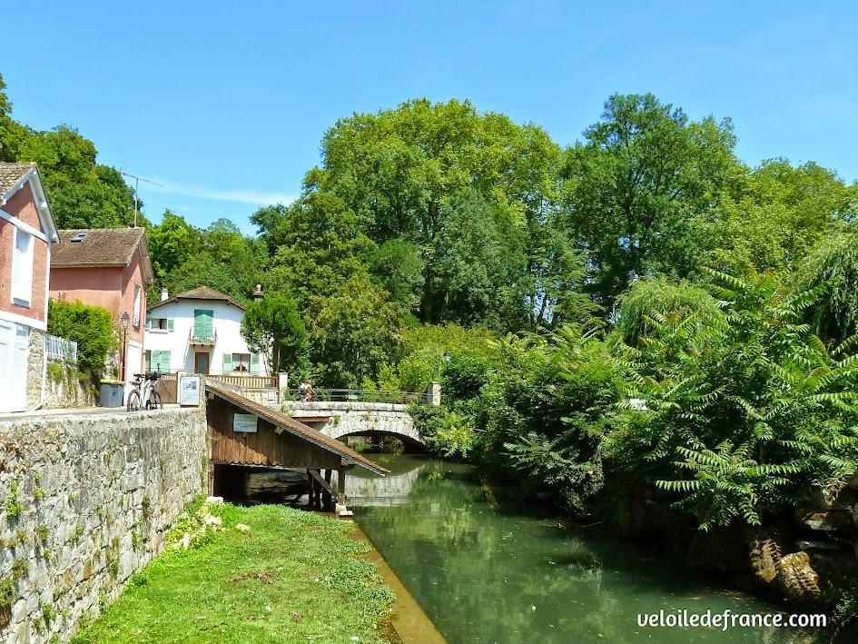 L'ancien lavoir et le vieux pont de Fontaine le Port - E-guide balade circuit à vélo sur les Bords de Seine à Bois le Roi par veloiledefrance.com