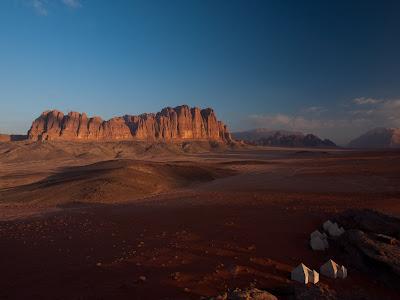 Sortida de sol prop del campament, amb les muntanyes de El Qattar al fons
