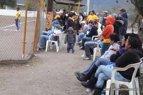Público en el softbol del Club Sertoma
