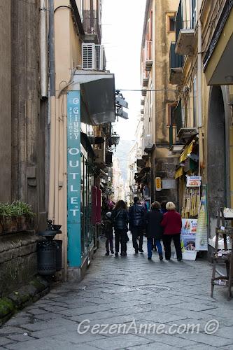 Sorrento'nun dar sokaklı çarşısı, Güney İtalya