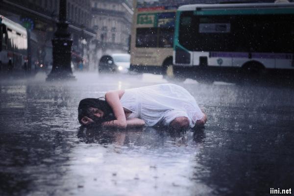 ảnh cô gái nằm khóc dưới cơn mưa