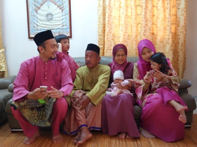 happy malay family festival ceremony potrait