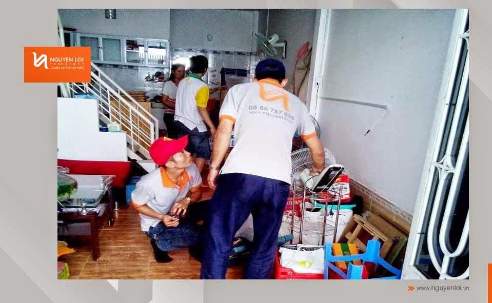 Nhân viên đóng gói đang đói gói khi chuyển nhà tại quận 1
