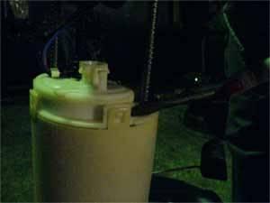 Снамаем защитный колпак топливного фильтра