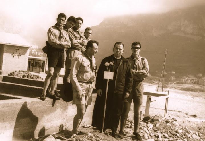 Don Ottorino Cariolato con i capi scout di San Donà sul luogo dove si trovava l'asilo infantile di Longarone
