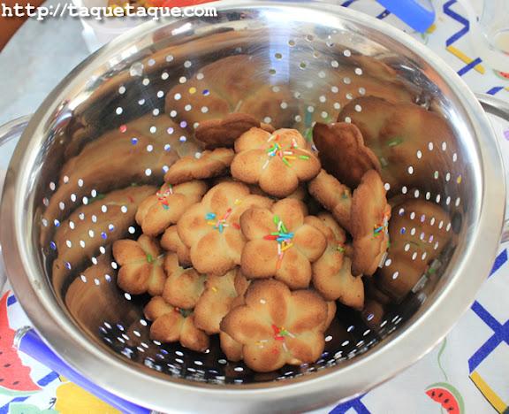 A falta de rejilla para que enfriaran las galletas, tuvimos que usar un escurreverduras