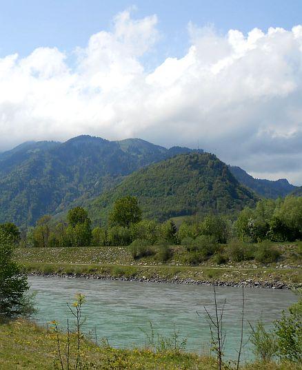 Der kanalisierte Rhein bei Feldkirch als Grenze zwischen Österreich und der Schweiz