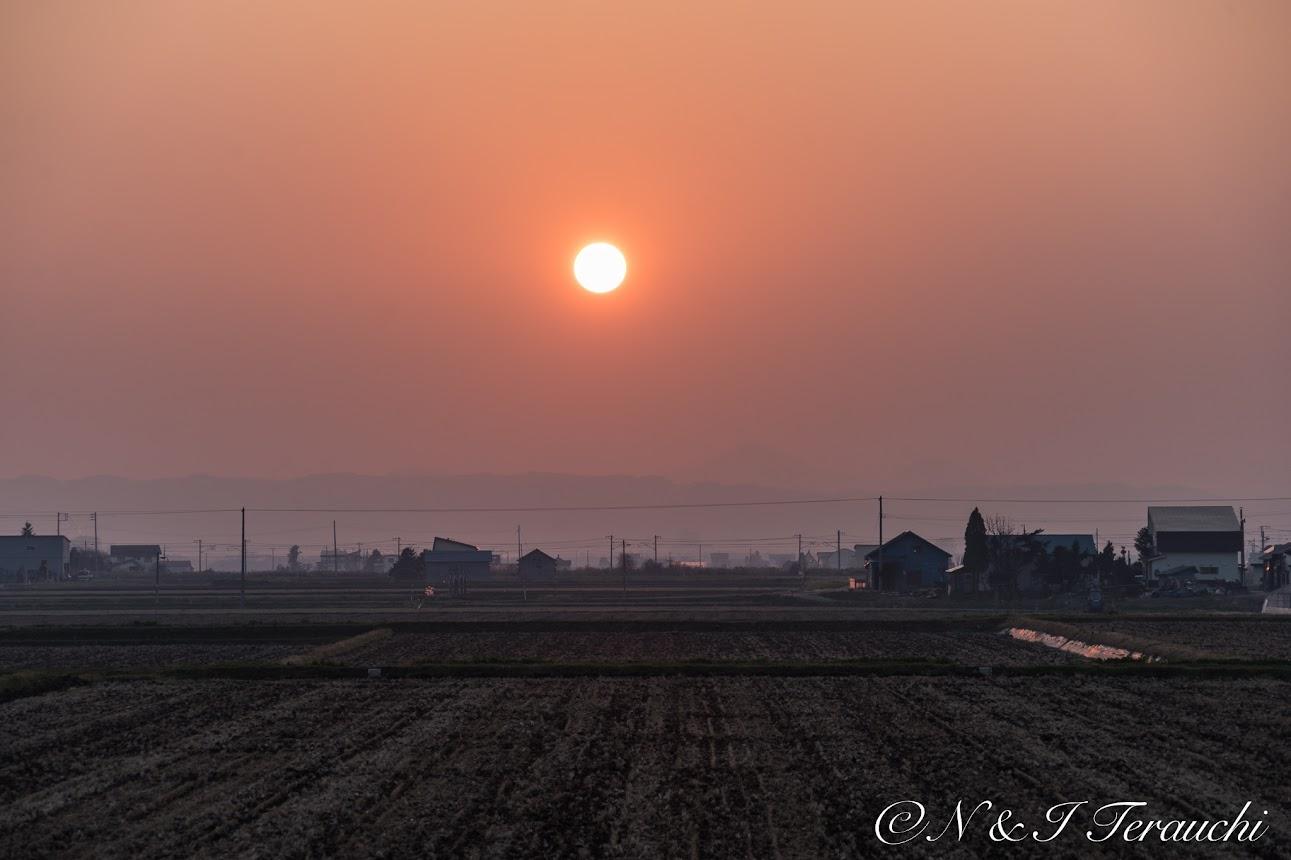 沈みゆく大きな赤い夕陽