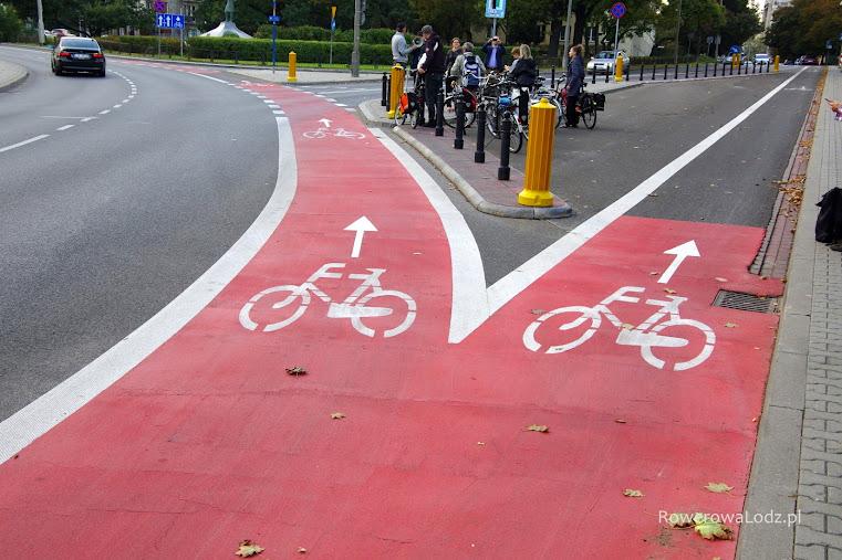 Aby zapewnić bezpieczeństwo rowerzystów, skręt samochodów wyznaczono kilka metrów dalej.