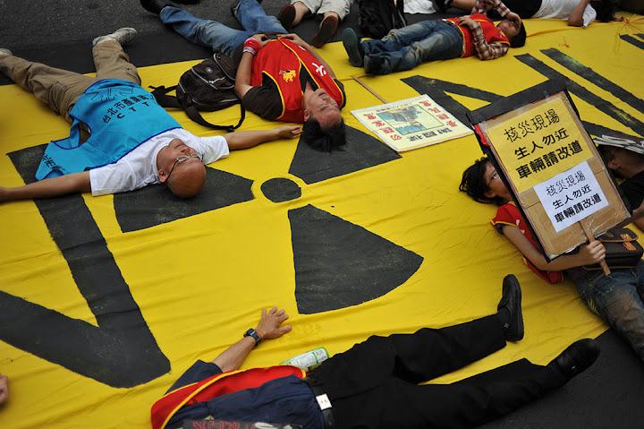昨日立院通過預算時,民眾第一時間集體倒臥在中山南路上,以模擬核災發生的方式抗議核四預算。陳錦桐攝影。