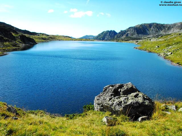 Lacul Bucura - în partea opusă sunt corturile;