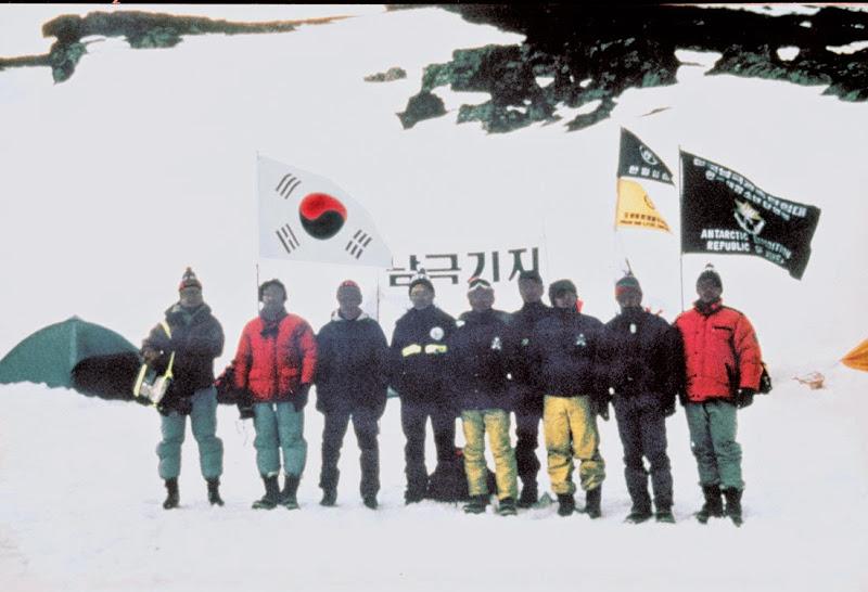 베이스캠프 앞의 남극관측탐험대