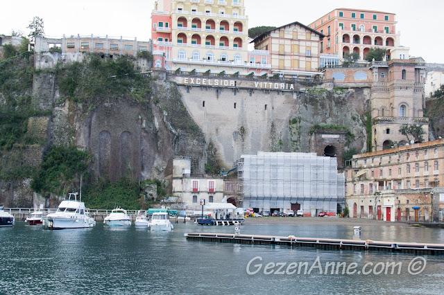 dik kayalık üzerinde Sorrento'nun en büyük otellerinden Excelsior