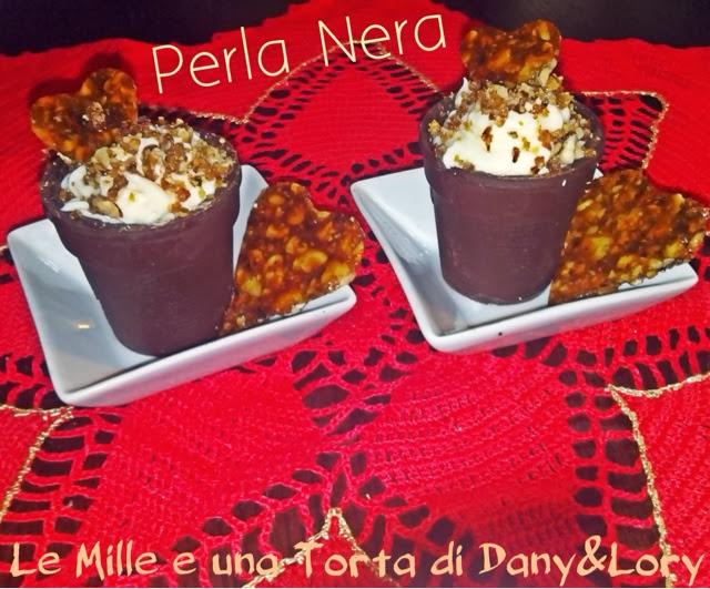 bicchierini di cioccolato con crema al mascarpone e formaggio ricoperti di granella al croccante
