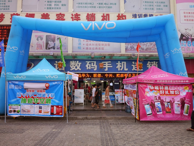 mobile phone store in Zhuhai with Vivo and Doov promotions outside