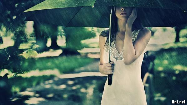 ảnh cô gái buồn trong cơn mưa