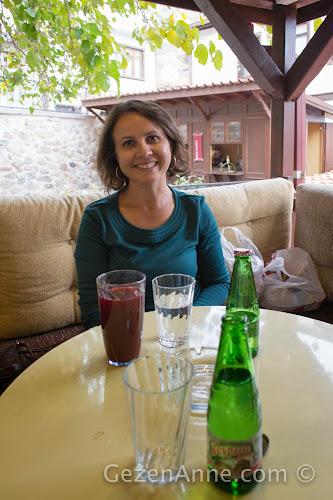 Hamam cafede dinlenip, Beypazarı sodası ve Osmanlı şurubu içerken