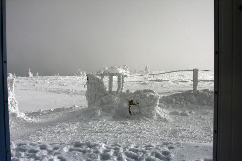 Lăcăuți Munții Vrancei Covasna vârf iarnă zăpadă meteo stație