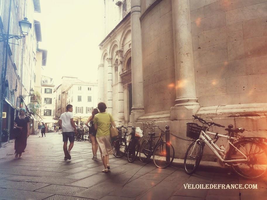 Les rues de Lucques (Lucca) derrière l'église Chiesa di San Michele in Foro, en Toscane, Italie - Evasion à vélo en Italie par veloiledefrance.com