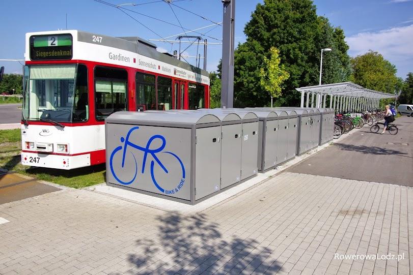 Krańcówka tramwajowa łączy ze sobą pętlę autobusowa i przechowalnie rowerów.