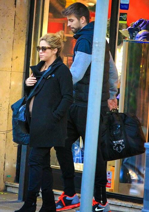 Shakira tươi như hoa xuống phố cùng Pique và con trai