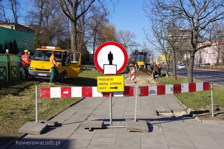Fragment chodnika pomiędzy ul. Felsztyńskiego a ul. Wróblewskiego jest zamknięty.