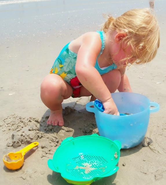 Bé say mê làm những chiếc bánh cát trên bãi biển