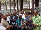 Le ministre Kabange Numbi et sa délégation visitant l'Hôpital général de référence de Wangata de Mbandaka pour s'entretenir avec les professionnels de la santé| Photo : OMS/Eugene Kabambi.