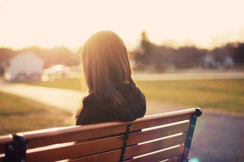 Ảnh cô gái ngồi đợi chờ người yêu đến